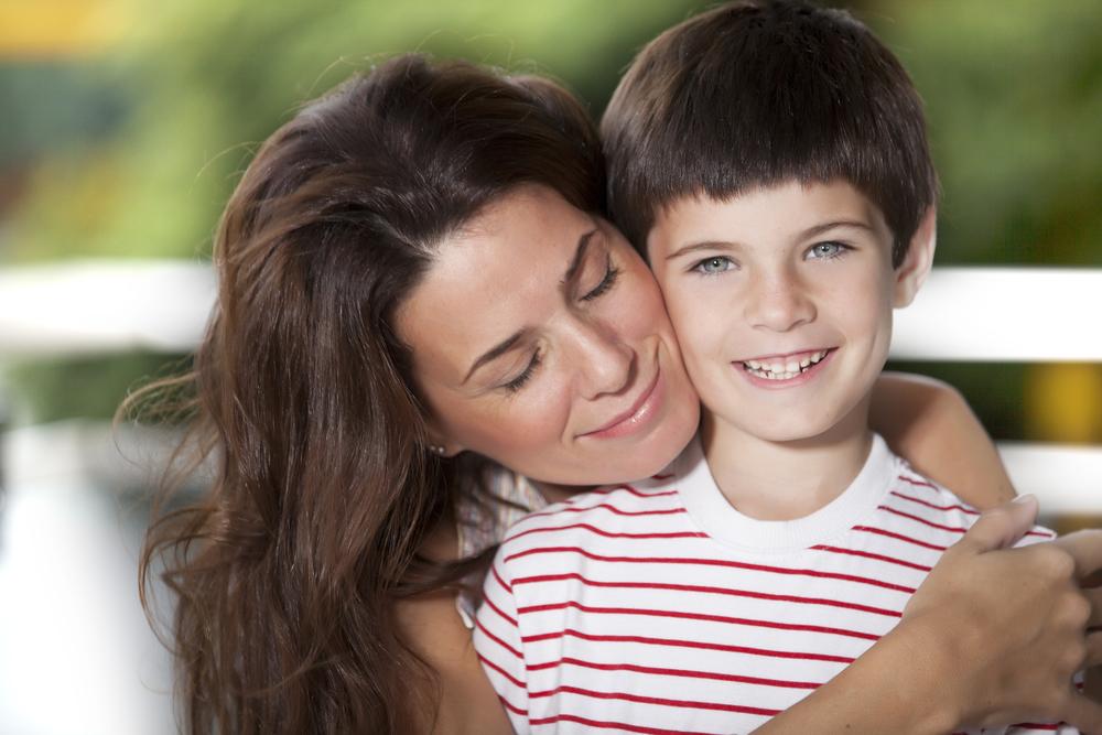 мать обнимает сына 7 лет