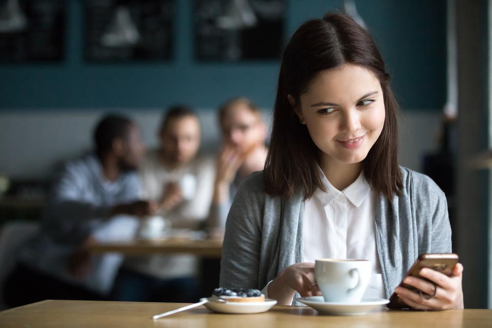 девушка в кафе сидит в соц сетях