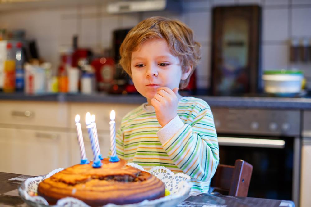 мальчик празднует свое 4-х-летие