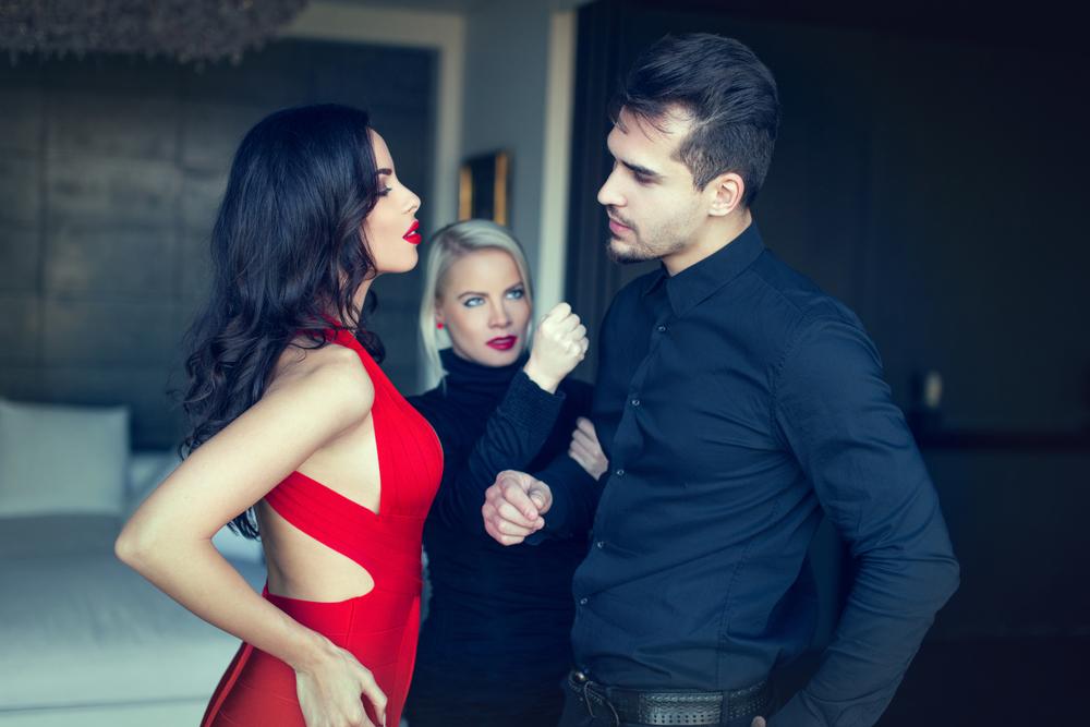 бабник флиртует с другой женщиной