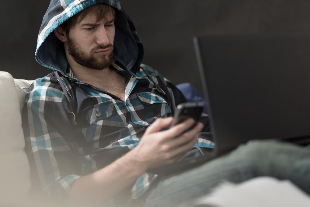 парень смотрит статус в соц сети