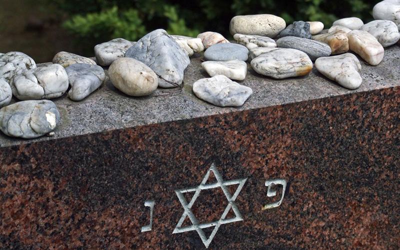 Камни на еврейской могиле