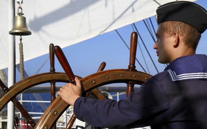 Моряк у штурвала